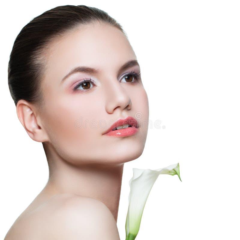 Badekurortmädchen lokalisiert Schönheitsfrau mit der klaren gesunden Haut- und Lilienblume lokalisiert auf Weiß Skincare und Gesi stockbild