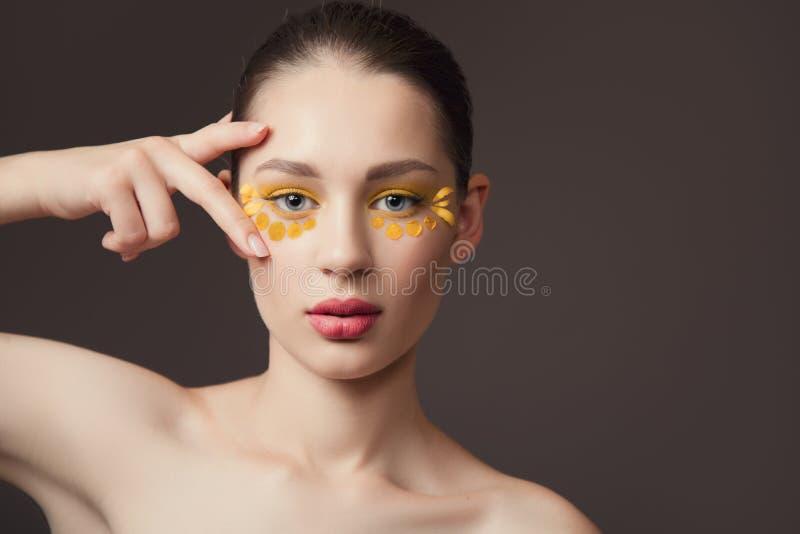 Badekurortporträt einer jungen Frau Blumen auf ihrem Gesicht Das Konzept der Haut und der Körperpflege Perfekte Hautgesundheit stockfoto