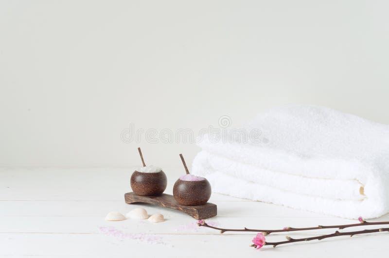 Badekurortprodukte auf hellem hölzernem Hintergrund lizenzfreies stockfoto