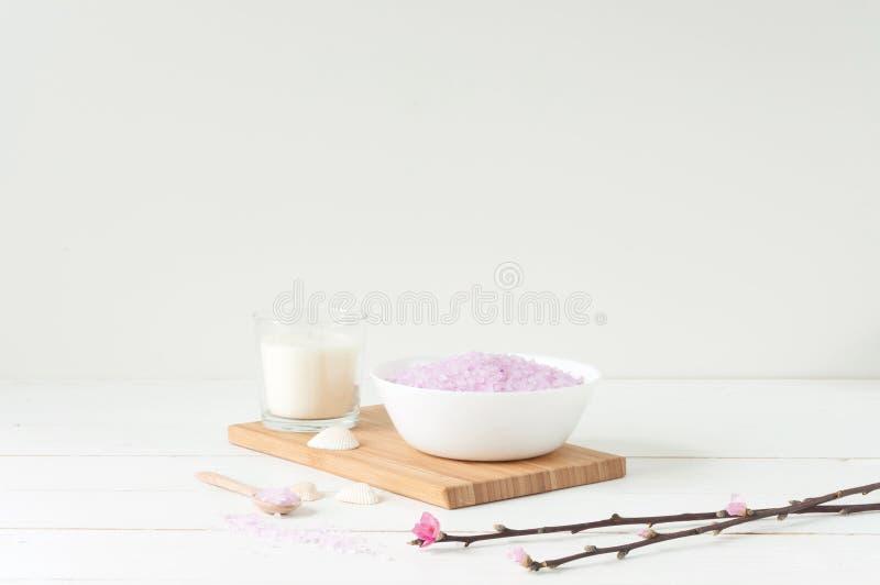 Badekurortprodukte auf hellem hölzernem Hintergrund lizenzfreie stockfotos