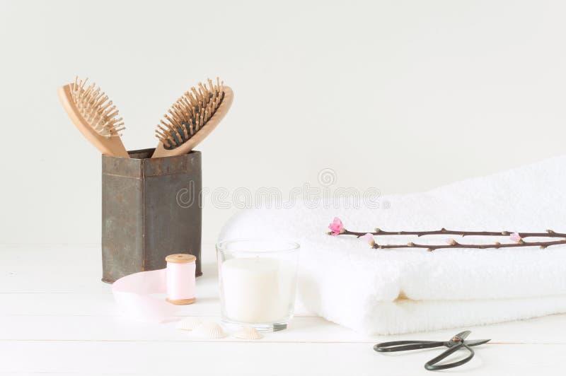 Badekurortprodukte auf hellem hölzernem Hintergrund stockbilder