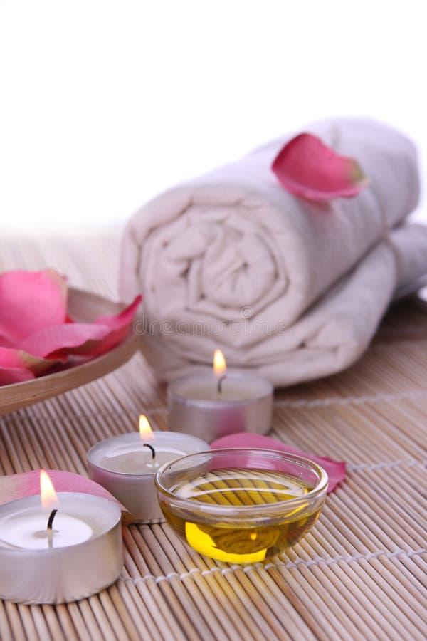 Badekurortprodukte mit den rosafarbenen Blumenblättern, Schmieröl, Tuch lizenzfreie stockfotos