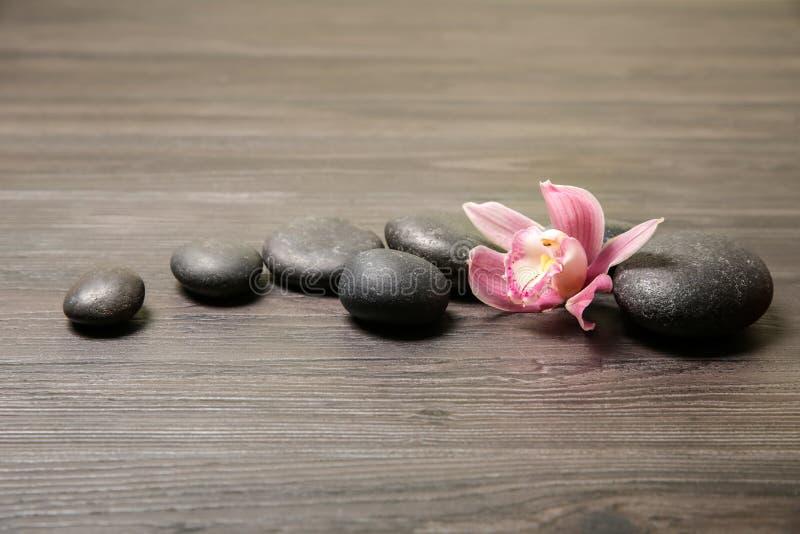Badekurortsteine mit Orchideeblume stockfoto