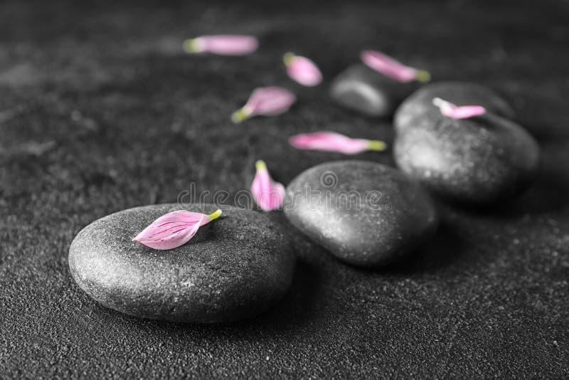 Badekurortsteine und Blumenblumenblätter stockfotos