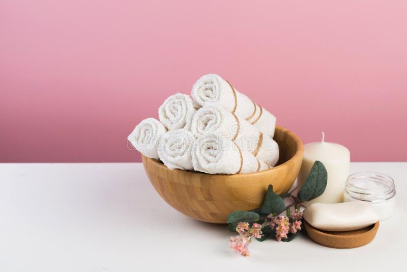 Badekurortstillleben mit aromatischen Kerzen, Blume und Tuch - Bild stockfoto