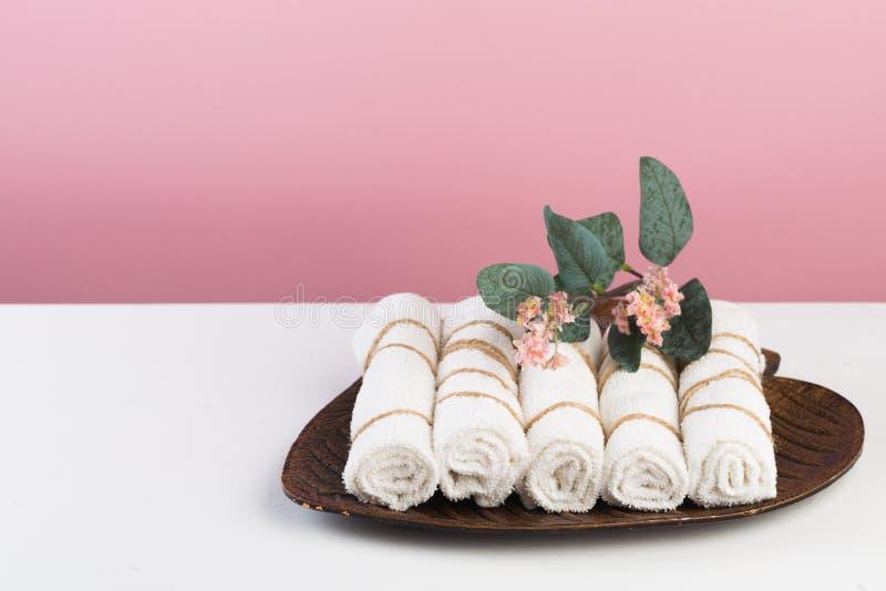 Badekurortstillleben mit aromatischen Kerzen, Blume und Tuch - Bild stockbild