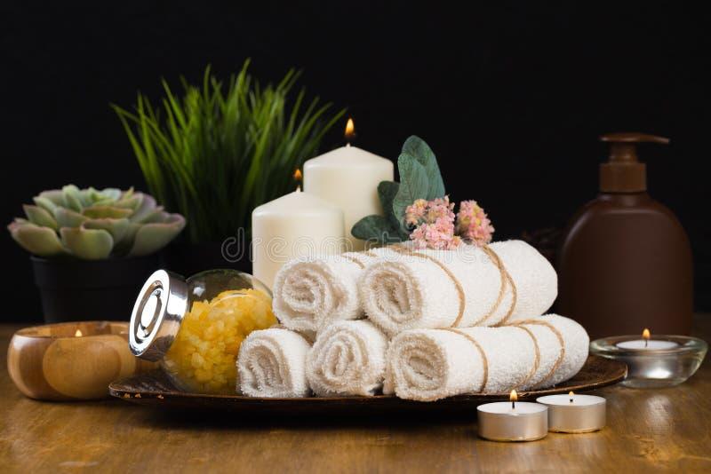 Badekurortstillleben mit aromatischen Kerzen, Blume und Tuch - Bild lizenzfreie stockfotografie