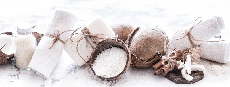 Badekurortstillleben von organischen Kosmetik mit Kokosnüssen lizenzfreies stockfoto