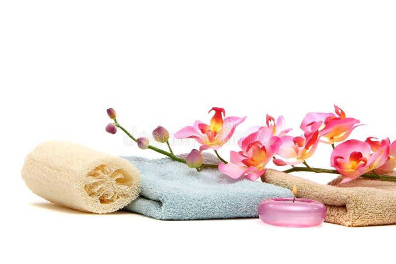 Badekurorttücher und -orchidee lizenzfreie stockbilder