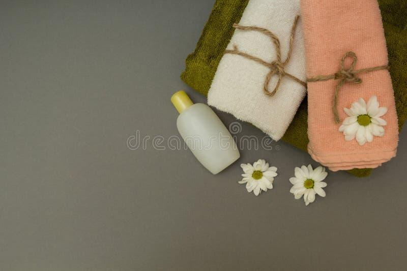 Badekurorttücher und weiße Blumen lizenzfreie stockbilder
