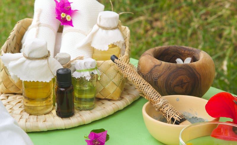 Badekurorttabelle mit Hautpflegeprodukten stockbild