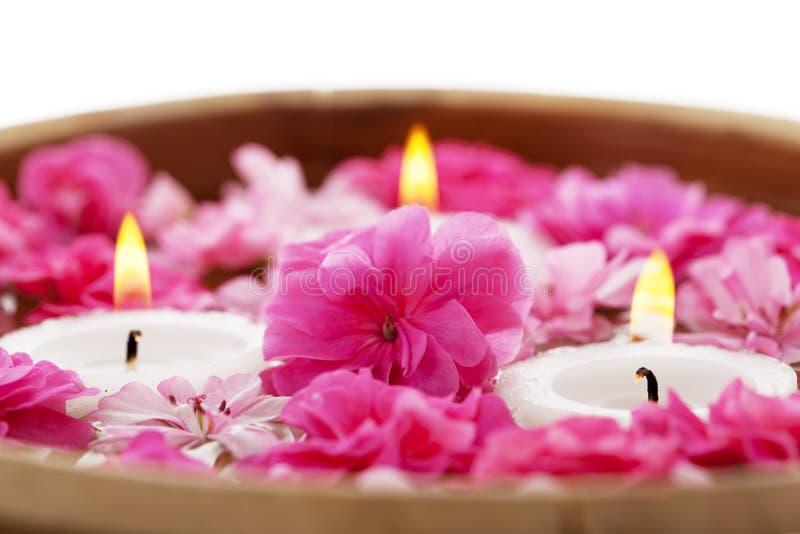 Badekurorttherapie, Blumen im Wasser mit Kerzen lizenzfreie stockfotografie