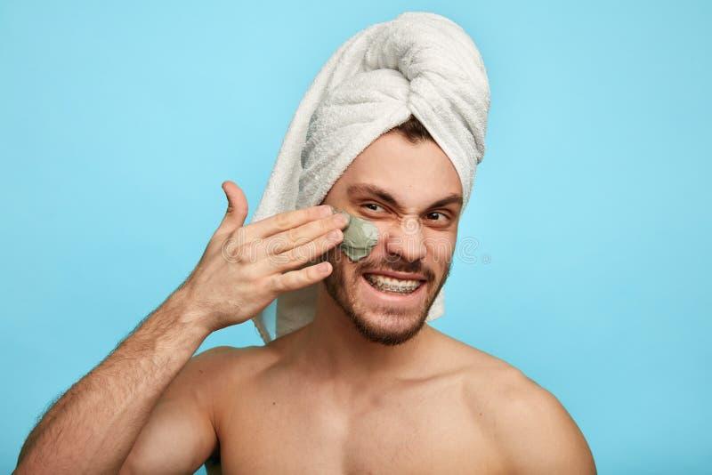 Badekurorttherapie für Männer Mann, der versucht, perfekt zu schauen stockfoto