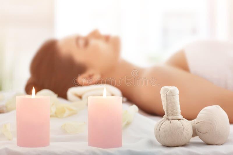Badekurortzusätze und entspannte junge Frau auf Hintergrund lizenzfreie stockfotos