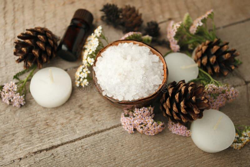 Badekurortzusammensetzung auf Holztisch Natürliches Aromaöl, Seesalz auf rustikalem hölzernem Hintergrund Gesunde Hautpflege Seif stockfotos