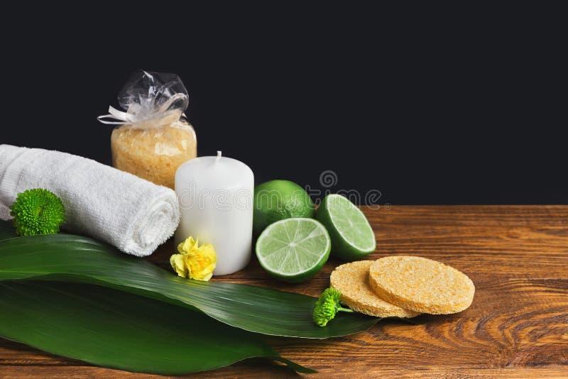 Badekurortzusammensetzung mit Kalk, Tuch und Kerze lizenzfreie stockbilder