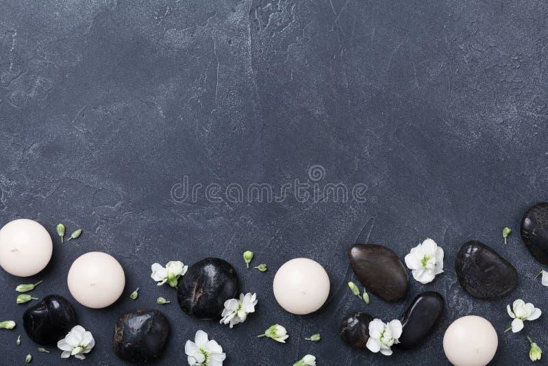 Badekurortzusammensetzung verzierte Blumen auf Draufsicht des schwarzen Steinhintergrundes Schönheitsbehandlung, Aromatherapie un lizenzfreies stockfoto