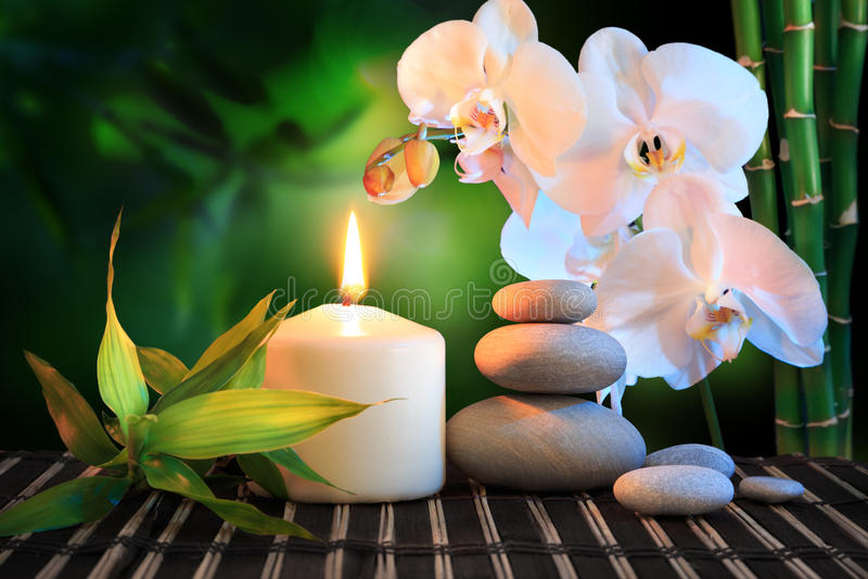 Badekurortzusammensetzung: weiße Orchidee, Kerze lizenzfreies stockfoto
