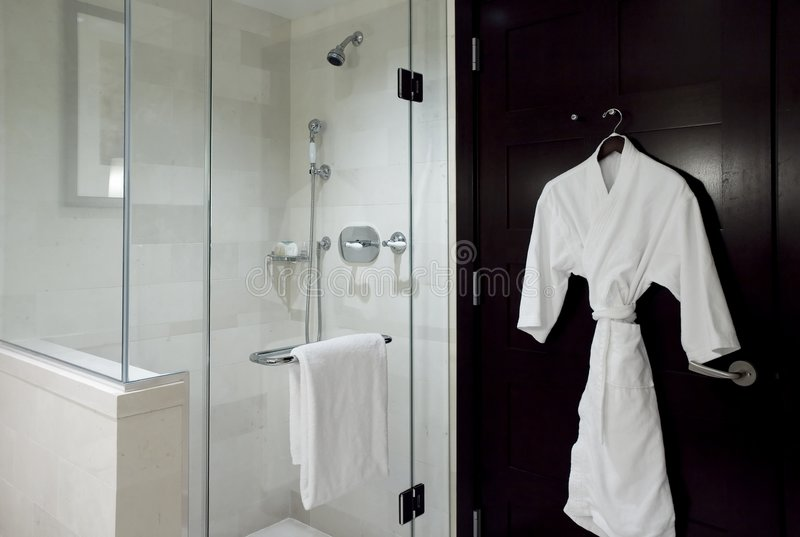 Bademantel und Dusche stockfotos