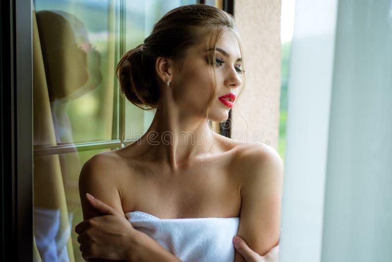 Bademantelfrau Elegante Schönheit mit perfektem bilden Schöne reizvolle junge Frau Art und Weisefoto lizenzfreie stockfotos