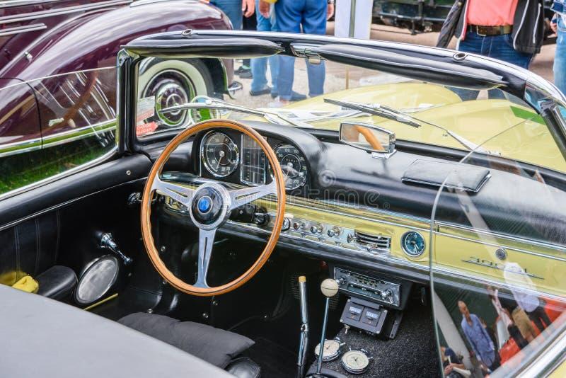 BADEN BADEN, ΓΕΡΜΑΝΊΑ - ΙΟΎΛΙΟΣ 2019: εσωτερικό της ανοικτής κίτρινης μπεζ MERCEDES BENZ 300 SL cabrio roadster 198 1961, παλαιότ στοκ εικόνα