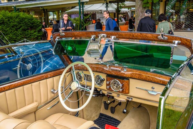 BADEN BADEN, ΓΕΡΜΑΝΊΑ - ΙΟΎΛΙΟΣ 2019: μπεζ δέρμα εσωτερικό της MERCEDES-BENZ 220 cabriolet A cabrio roadster W187 1951 1955, παλα στοκ εικόνες