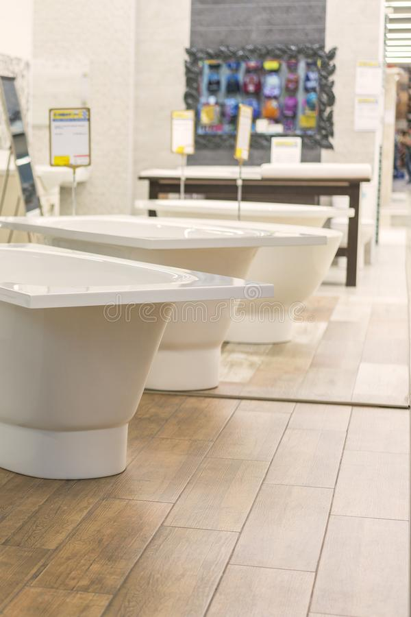 Baden in de loodgieterswerkopslag Sanitaire techniekwinkel Witte badkamerss stock afbeeldingen