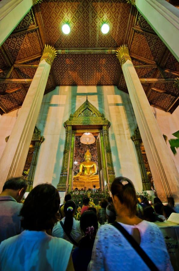 Baden de niet geïdentificeerde mensen in de oude tempel stock foto