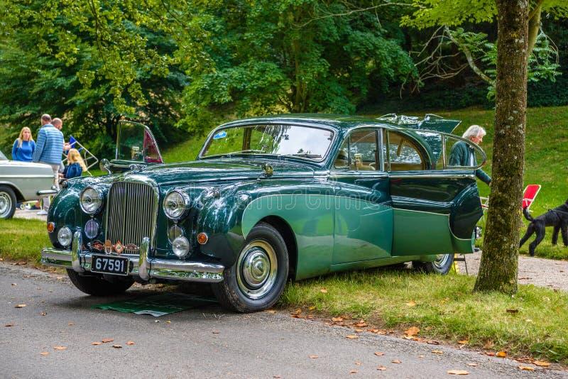 BADEN BADEN, GERMANIA - LUGLIO 2019: Green JAGUAR MARK IX sedan 1958 1961, riunione di anziani a Kurpark immagini stock