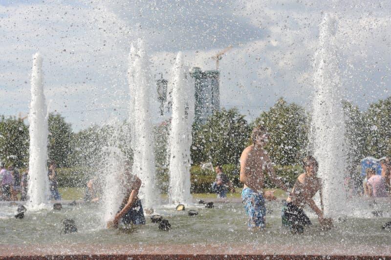 Baden im Brunnen an einem heißen Tag lizenzfreie stockbilder
