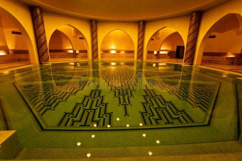 Badende pool binnen van Turks bad Hammam stock foto's
