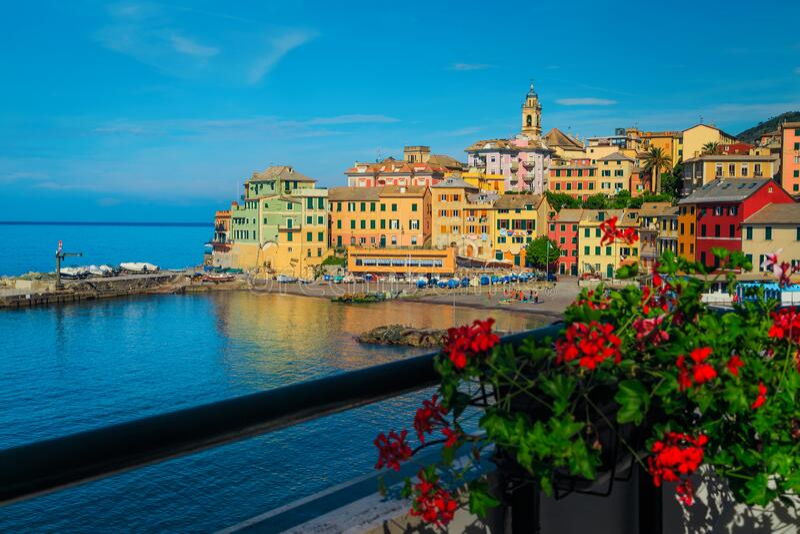 Badeort Bogliasco mit bunten Gebäuden am Meer, Italien lizenzfreie stockbilder