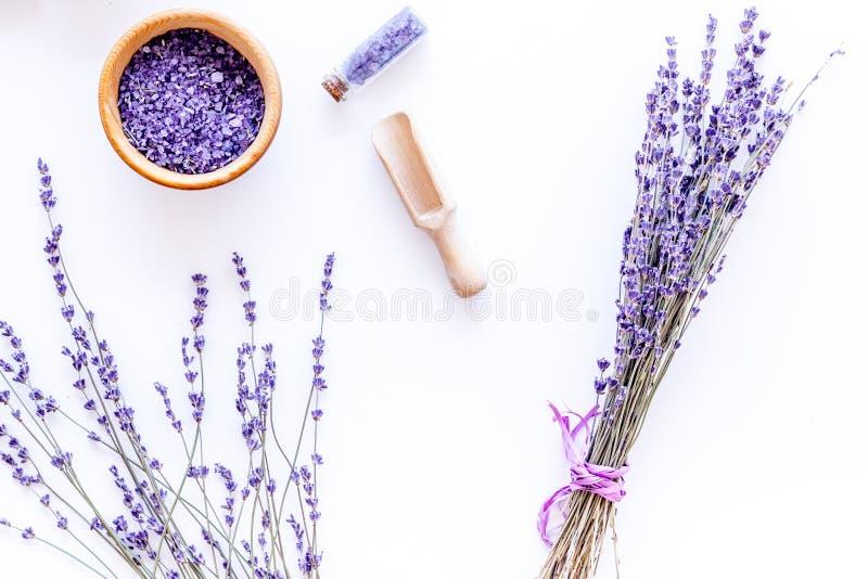 Badesalz in der Kräuterkosmetik mit Lavendel auf Draufsicht des weißen Schreibtischhintergrundes lizenzfreies stockbild