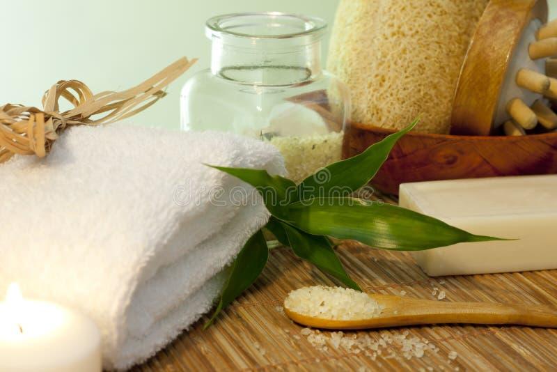 Badesalz und Tuch auf Bambusmattenbadekurortkonzept lizenzfreie stockbilder