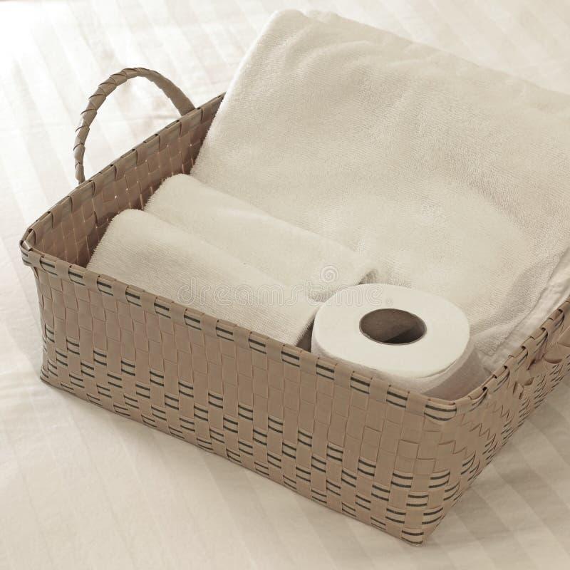 Badetücher und Toilettenpapier lizenzfreies stockbild