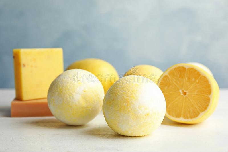 Badet bombarderar och citronen arkivfoton