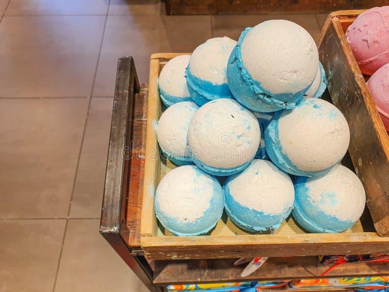 Badet bombarderar p? sk?rm i shoppar - massor av h?rliga och ljusa f?rger som ?r klara att tappas in i ett bad royaltyfri bild