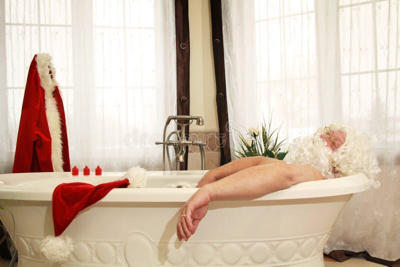 badet claus kopplar av santa royaltyfria bilder