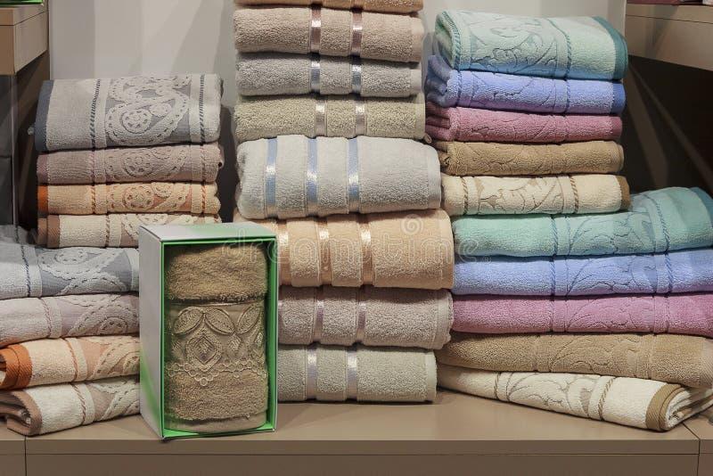 badet shelves handdukar royaltyfri fotografi