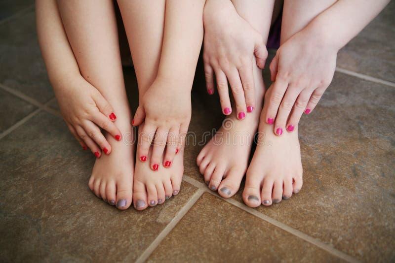 badet spikar unga målade systrar arkivbild