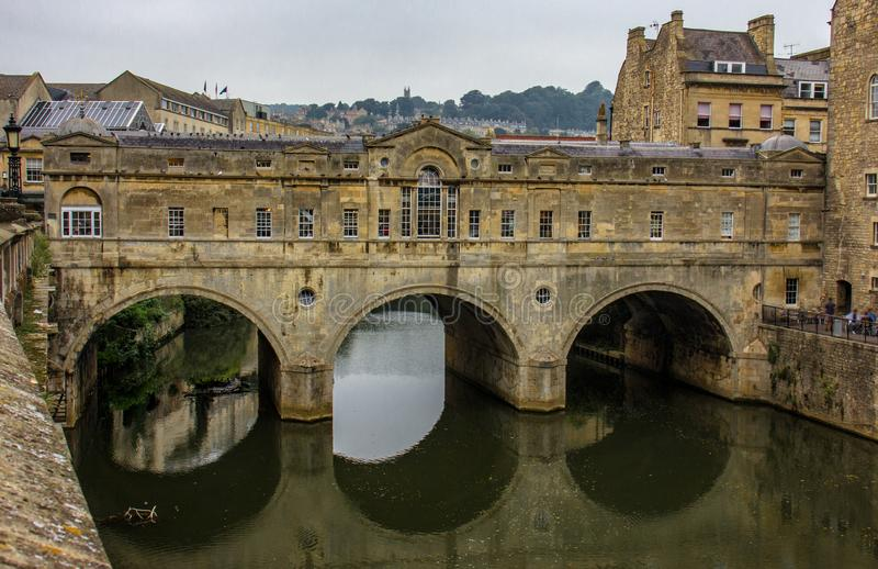 Badet täckte bron i badet, England royaltyfri bild