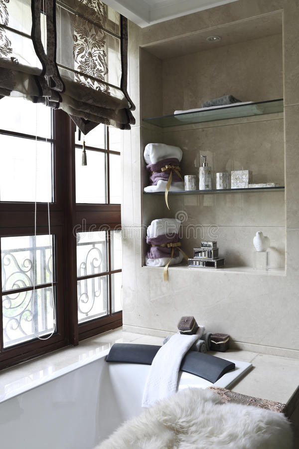 Badewanne neben dem Fenster lizenzfreies stockbild