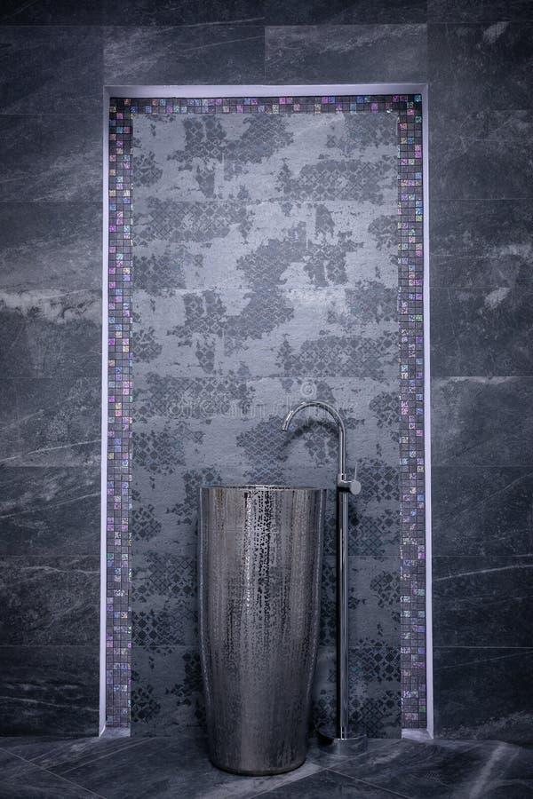Badezimmer in den grauen Tönen Silbernes Waschbecken und langen Hahn auf dem Hintergrund des Mosaiks auf den Rändern und der grau stock abbildung
