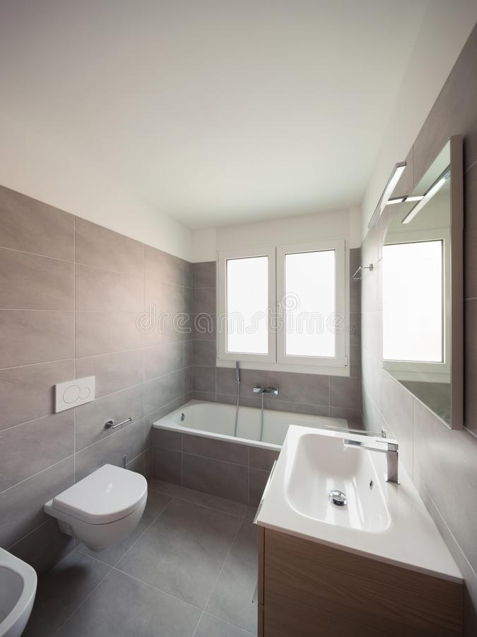 Badezimmer in einer prestigevollen Wohnung lizenzfreie stockbilder