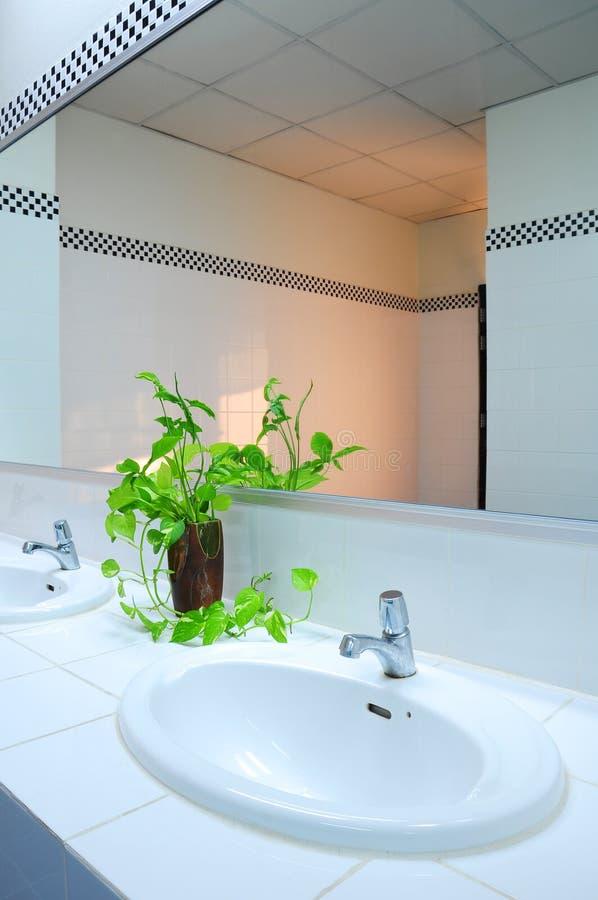 Badezimmer im Büro lizenzfreie stockfotos