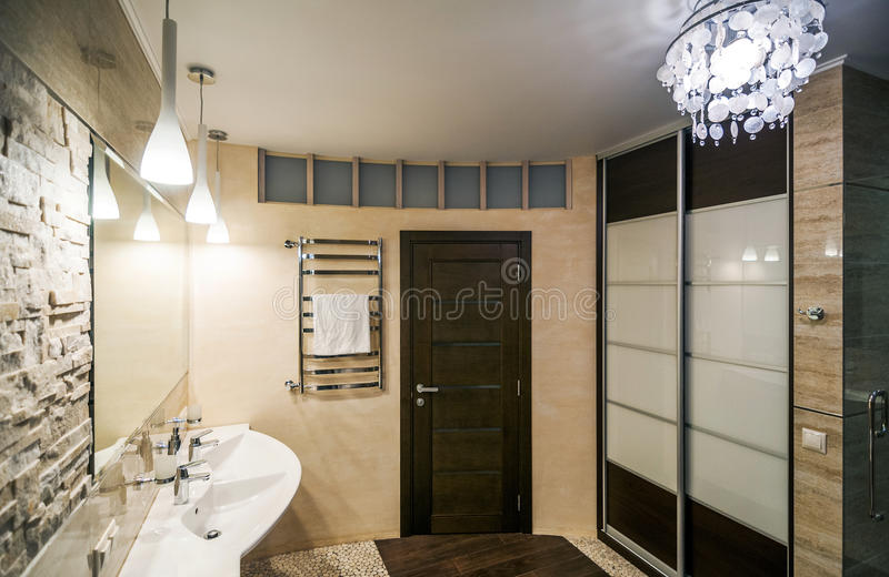 Badezimmer im Luxuxhaus stockfotos