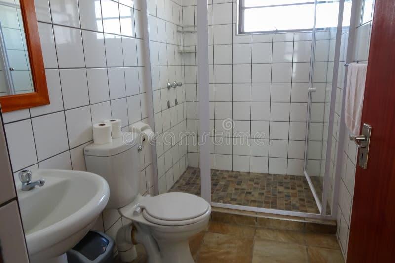 Badezimmer im neuen Nossob-Flussufer-Chalet lizenzfreie stockfotos