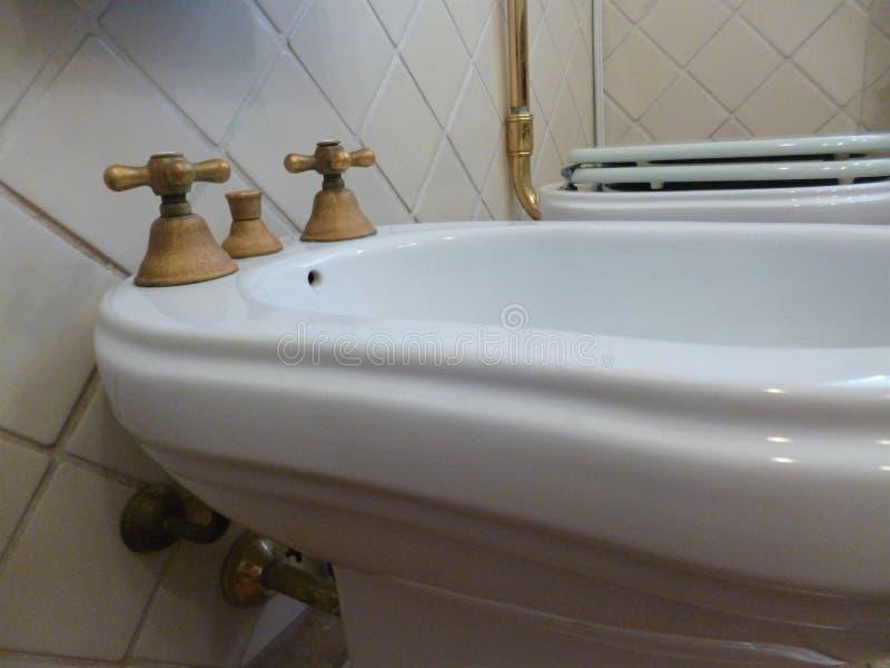 Badezimmer im Retrostil Bidethahn traditionelle und einzigartige italienische Art lizenzfreie stockfotografie