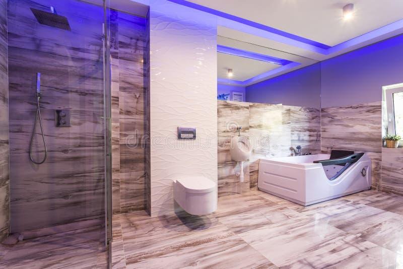 Badezimmer mit Marmorfliesen und Glasduschkabine lizenzfreie stockfotos
