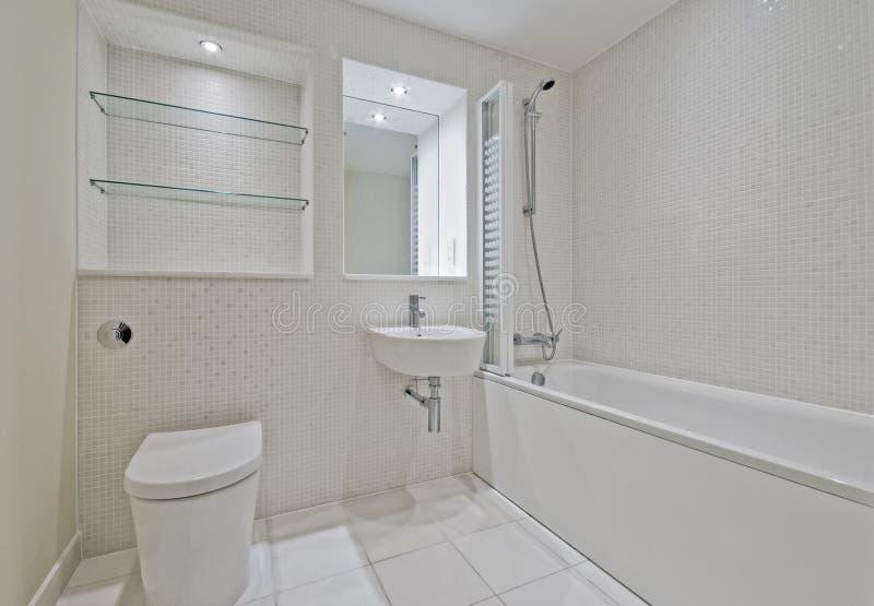 Badezimmer mit mosaikfliesen stockfoto bild von chrom for Badezimmer mosaikfliesen